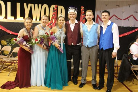 """""""A Night in Hollywood"""" Entertains All at Prom"""